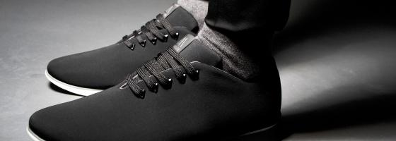 Con las zapatillas en la empresa